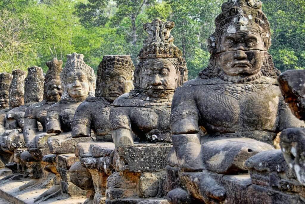 Statue nel sito di Angkor