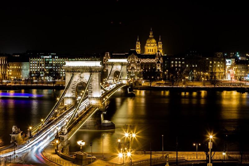 Ponte delle Catene di notte